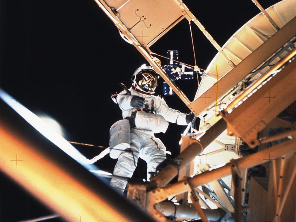skylab-spacewalk_1209_990x742